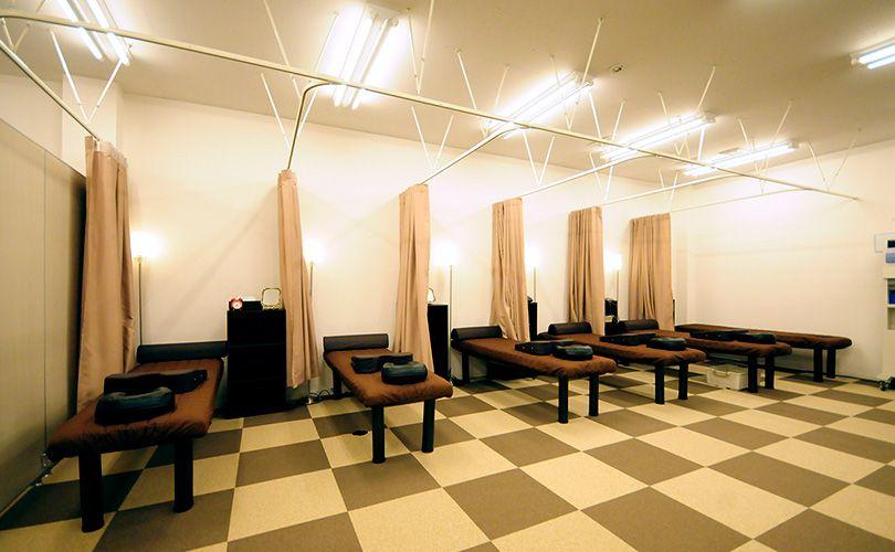 広々とした空間でゆったりくつろいだ状態で施術を行います。